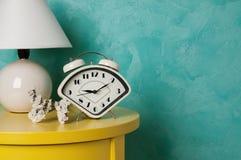 在蓝绿色背景的卧室装饰 免版税库存照片