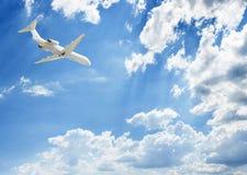 在蓝色云彩上的一次飞机飞行 库存图片