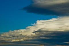 在蓝色云彩形成滚天空层云间 免版税库存照片