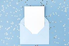 在蓝色信封的空的卡片 库存照片
