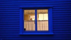 在蓝色光的厨房窗口 免版税图库摄影