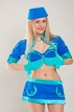 在蓝色制服打扮的诱人的空中小姐 免版税库存照片