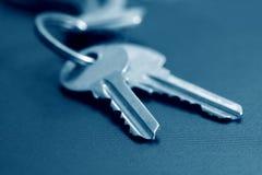 在蓝色口气的两把钥匙 免版税图库摄影