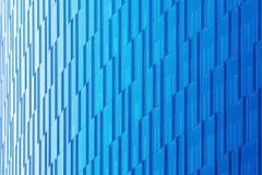 在蓝色口气的几何建筑都市背景 摩天大楼的玻璃门面 免版税库存图片