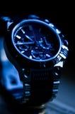 在蓝色口气的现代典雅的手表 库存图片