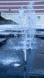 在蓝色口气的现代喷泉 免版税库存照片