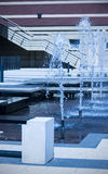 在蓝色口气的现代喷泉 库存照片