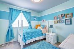 在蓝色口气的迷人的女孩室内部 库存照片