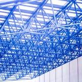 在蓝色口气的钢屋顶结构 库存照片