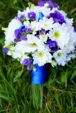 在蓝色和白色的婚礼花束 库存照片