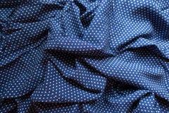 在蓝色和白色的弄皱的织品与圆点印刷品 库存照片