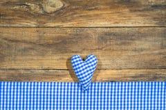 在蓝色和白色颜色的心脏在土气木头,慕尼黑啤酒节背景 图库摄影