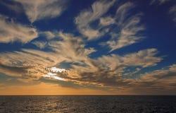 在蓝色和白色颜色的日落 免版税图库摄影