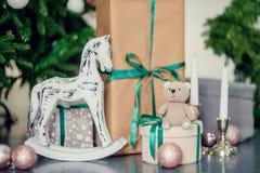 在蓝色和米黄颜色的新年装饰 戏弄熊、装饰白色灯笼和礼物盒在冷杉木下 球圣诞节查出的心情三白色 免版税库存照片