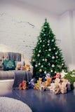 在蓝色和米黄颜色的新年装饰 戏弄熊、装饰白色灯笼和礼物盒在冷杉木下 球圣诞节查出的心情三白色 免版税图库摄影