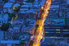 在蓝色和金子的曼谷都市风景 免版税库存照片