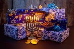 在蓝色和银的犹太假日HanukkahBeautiful Chanukah装饰与礼物 库存照片