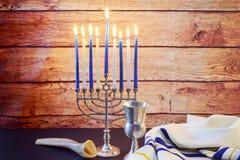 在蓝色和银的犹太假日HanukkahBeautiful Chanukah装饰与礼物