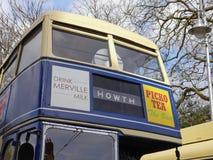 在蓝色和黄色号衣的葡萄酒1970年` s都伯林双层公共汽车 免版税库存照片