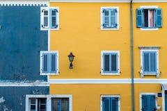 在蓝色和黄色的门面与窗口和街灯 免版税图库摄影