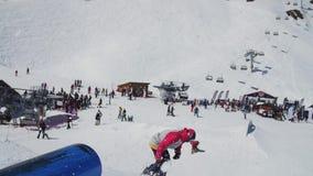 在蓝色喷射器的挡雪板幻灯片 晴朗的日 手段滑雪 人们 极其体育运动 股票视频