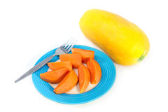 在蓝色圆盘的番木瓜果子有白色背景 库存图片