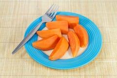 在蓝色圆盘的番木瓜果子服务的 库存照片