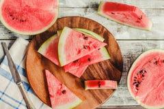 在蓝色土气木背景的西瓜切片 夏天果子, 免版税库存照片