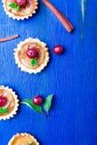 在蓝色土气背景的苹果计算机焦糖小的馅饼 法国tatin用天堂苹果 顶视图 框架 复制空间 免版税图库摄影