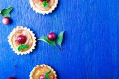 在蓝色土气背景的苹果计算机焦糖小的馅饼 法国tatin用天堂苹果 顶视图 框架 复制空间 库存图片