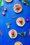在蓝色土气背景的苹果计算机焦糖小的馅饼 法国tatin用天堂苹果 顶视图 框架 复制空间 库存照片