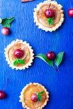 在蓝色土气背景的苹果计算机焦糖小的馅饼 法国tatin用天堂苹果 顶视图 框架 复制空间 免版税库存照片