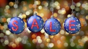 在蓝色圣诞节球的销售横幅与在金bokeh背景的圆的雪剥落 免版税库存照片