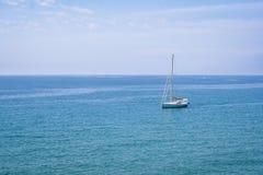在蓝色地中海水的帆船 免版税库存图片