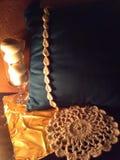 在蓝色坐垫的白色钩针编织叶子修剪 库存图片