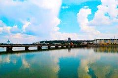 在蓝色城市河的桥梁 库存照片