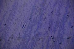在蓝色塑料屋顶的湿滴水 免版税库存图片