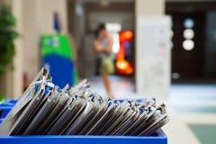 在蓝色塑料盒的卡片文件 免版税库存照片