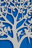 在蓝色墙壁上的树 免版税库存照片