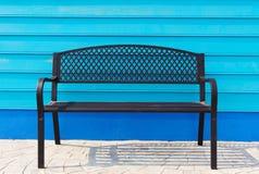 在蓝色墙壁上的椅子 免版税库存照片
