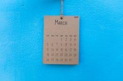 在蓝色墙壁上的葡萄酒日历2017手工制造吊 免版税库存照片