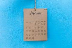 在蓝色墙壁上的葡萄酒日历2017手工制造吊 免版税图库摄影