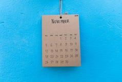 在蓝色墙壁上的葡萄酒日历2017手工制造吊 图库摄影