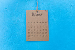 在蓝色墙壁上的葡萄酒日历2017手工制造吊 免版税库存图片