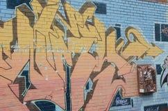 在蓝色墙壁上的街道画 免版税库存照片