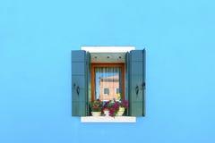 在蓝色墙壁上的装饰的窗口 免版税库存图片