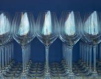 在蓝色墙壁的背景的酒杯 免版税图库摄影