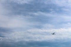 在蓝色多云天空的飞机 免版税库存照片