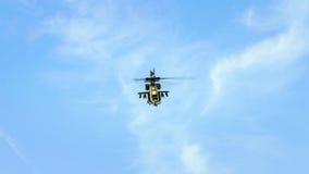 在蓝色多云天空的直升机飞行 库存图片