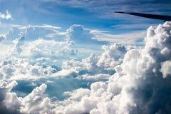 在蓝色多云天空 免版税库存图片